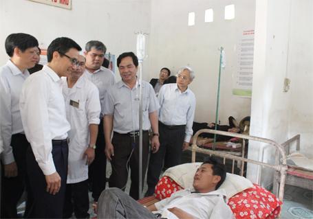 Phó Thủ tướng Vũ Đức Đam thăm một số cơ sở y tế tỉnh Vĩnh Phúc