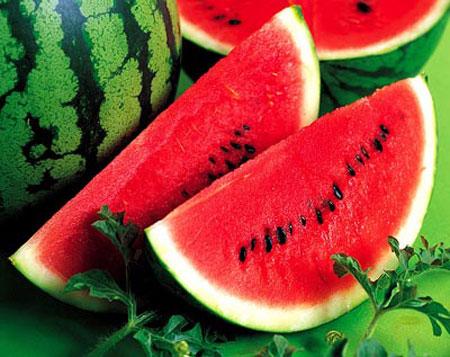 Nước dưa hấu giúp da được cấp nước và bảo vệ da khỏi tác hại của ánh nắng mặt trời