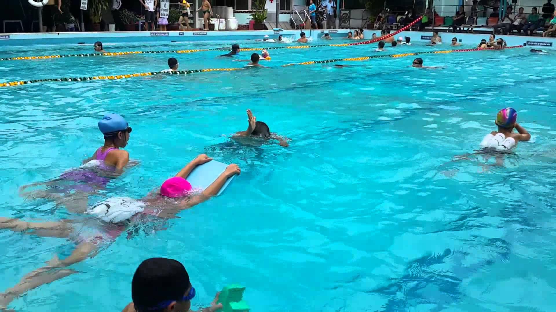 Những căn bệnh nào có thể lây qua nước hồ bơi?