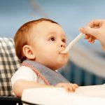 Sai lầm các mẹ thường mắc phải khi cho bé ăn