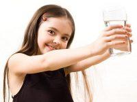 Uống 1 ly nước trước và sau khi tắm