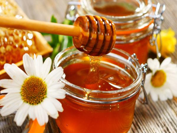 Mật ong rất lành tính vừa trị mụn dưỡng da và tẩy tế bào chết dịu nhẹ