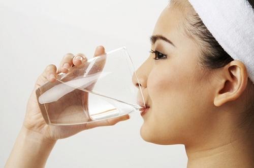 Uống nhiều nước điều trị táo bón