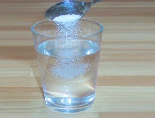 Ngậm nước muối súc miệng để không viêm họng