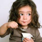 Chia sẻ với các mẹ cách cho bé ăn sữa chua tốt nhất