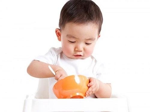 Để trẻ tự ăn