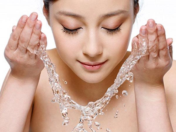 da đổ nhiều dầu do ảnh hưởng của moi trường và tuyến bả nhờn điều tiết mất kiểm soát