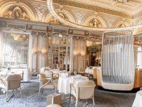 Màu vàng nhạt và màu trắng được chọn làm gam màu chủ đạo tạo sự ấm cúng, gần gũi cho nhà hàng món Pháp.