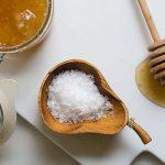 Hướng dẫn cách làm trắng da bằng mật ong và muối đơn giản